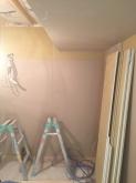 防音室側の下地を組み、石膏ボードを張り重ねて壁と天井をつくっています。