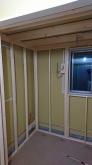 防音室側の下地を組んでいます。 開口部を減らし遮音性能を高めます。