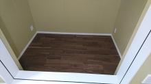 床材をはりました。濃いブラウン色で落ち着いた雰囲気に仕上がります。
