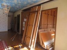 解体作業です。大手音楽会社の箱型防音室を解体しています。骨組みはボルトでとまっていますが、あとはマジックテープでとまっていました。