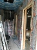 解体後に新しい間仕切りを造作し、お部屋毎に防音処理を施していきます。