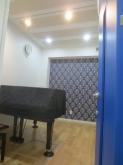 1台置きピアノ室です。 青色のアクセントクロスがよく映えています。