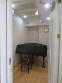 1台置きピアノ室です。 白を基調にしているお部屋です。