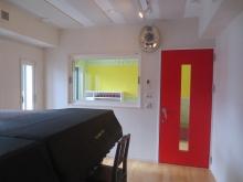 2台置きピアノ室は中の様子が確認できるように大きなFIX窓を設置しています。