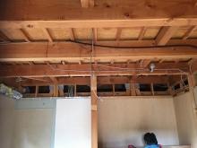 解体作業です。 天井や押し入れなどを撤去しています。