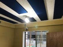 天井を吸音天井に仕上げました。 吸音パネルは弊社オリジナルです。 お好みの色味で仕上げます。
