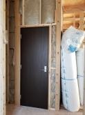 入り口には木製防音ドアを2重で設置しています。