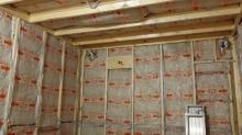 空気層に断熱材をつめて防音室側の壁と天井をつくっていきます。