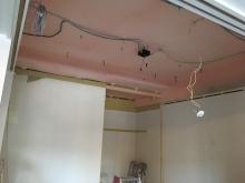 天井と収納の解体を行いました。限られた空間を可能な限り使い防音室をつくっていきます。