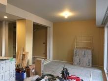 木工事が完了です。リビング側の入り口には樹脂サッシの掃き出し窓を設置します。