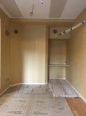 天井は吸音天井に仕上げています。 収納は楽譜棚につくり替えました。