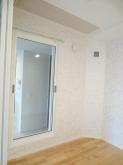 キッチン側の壁にはFIX窓を設置し、中の様子が確認できるようにしています。
