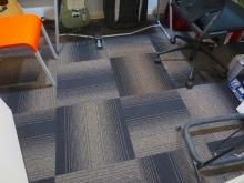 床はタイルカーペット仕上げです。 ドラム室の場合、よりデットな空間にするためタイルカーペットで仕上げます。