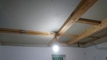 躯体の遮音補強です。天井や壁の隙間を埋めていきます。