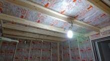 防音室側の下地を組み、断熱材を空気層につめています。