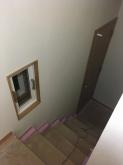 半地下のため階段から中の様子を見られるようにFIX窓を設置しています。