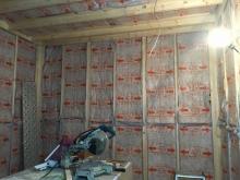 躯体の遮音補強が完了後に防音室側の下地を組み、空気層に断熱材を詰めています。