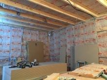 防音室側の下地を組み、空気層に断熱材を詰めています。