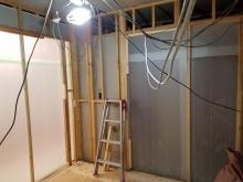間仕切りを造作しています。 リビング横のお部屋なのでリビング側の出入口には樹脂サッシの大きな掃き出し窓を設置します。