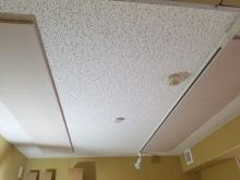 吸音天井です。 楽器や音源に合わせて音の響きを調節します。