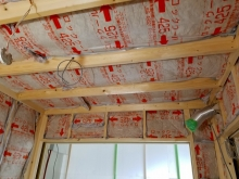 躯体の遮音補強を行い、防音室側の壁と天井をつくっていきます。 空気層には断熱材を詰めています。