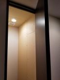 廊下側収納の一部を防音室に使用しました。