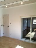 廊下側の出入口は木製防音ドアを2重設置しています。リビングからは掃き出し窓で連動した空間に仕上げました。