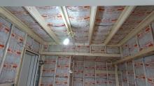 空気層に断熱材をぎっしり詰めて防音室側の壁と天井をつくっていきます。