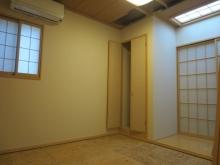 改修前のお部屋です。 腰窓は遮音性能を高めるため埋めて壁にします。