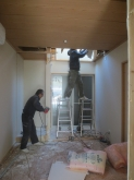 解体作業です。 収納も取り壊し、お部屋を広く使います。