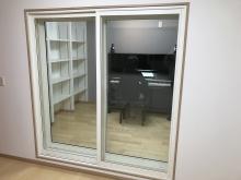 樹脂サッシの掃き出し窓でを2重で設置しています。楽譜棚もしっかり設けています。