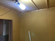 防音室側の壁と天井ができあがりました。 躯体に触れないようにつくっています。