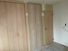 吹き抜け部分のお部屋の木工事が完了しました。 収納をたっぷり設けています。