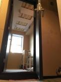 間仕切り壁も出来上がり、木製防音ドアを設置しました。