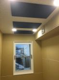 天井は防音処理後に吸音天井に仕上げています。 吸排気ダクトボックスは天井に梁型で造作しています。