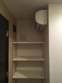 新規間仕切り造作でできた廊下のスペースには可動式の収納棚を設けました。 もともとついているエアコンを利用し防音室内に冷暖房が入るよう吸排気を計画しています。