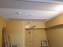 天井は防音処理を施したあとに吸音天井に仕上げました。 音の響きを調節しお好みの音響空間に仕上げます。