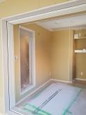 キッチン側の壁は開口部を減らし、FIX窓で中の様子を確認できるようにしています。