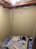 躯体補強後に防音室側の壁と天井をつくっています。