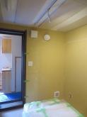 天井には吸音パネルを設置しています。 クロス施工後に壁にもパネルを設置してデットな音響空間に仕上げます。