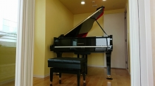 ピアノも無事搬入されたお写真をいただきました。 廊下側からは木製防音ドアを2重で設置しています。