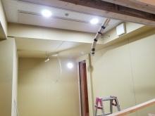 天井を吸音天井に仕上げています。 音の響きを調節します。