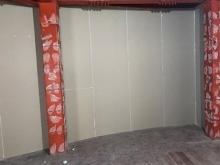 躯体の遮音補強です。 アーチ型の壁に石膏ボードを張っています。