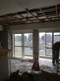 解体作業です。天井高をできる限り確保します。