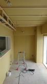 防音室ができあがってきました。 天井には梁型で吸排気ダクトボックスを設けます。