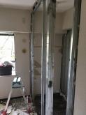 解体作業を行いました。 既設収納を一度取り壊し、隣部屋の収納につくり変えます。