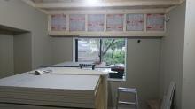 防音室側の壁と天井をつくっています。