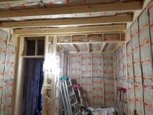 内装工事です。躯体補強後に下地を組み防音室側の壁と天井をつくっています。