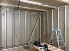 防音室側の壁と天井の下地組みです。 防音室の2重構造をつくっています。