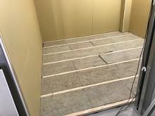 躯体の遮音補強です。浮き床の下地を組んでいます。